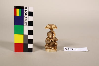 Figurine: Monkey with mushroom
