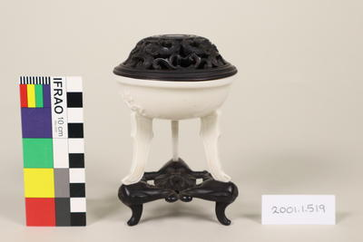 Porcelain lidded dish with stand