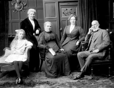 Glass Plate Negative: Mrs M Worthington and family