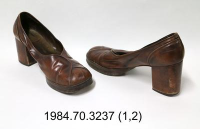 Shoes: Brown Leather Court